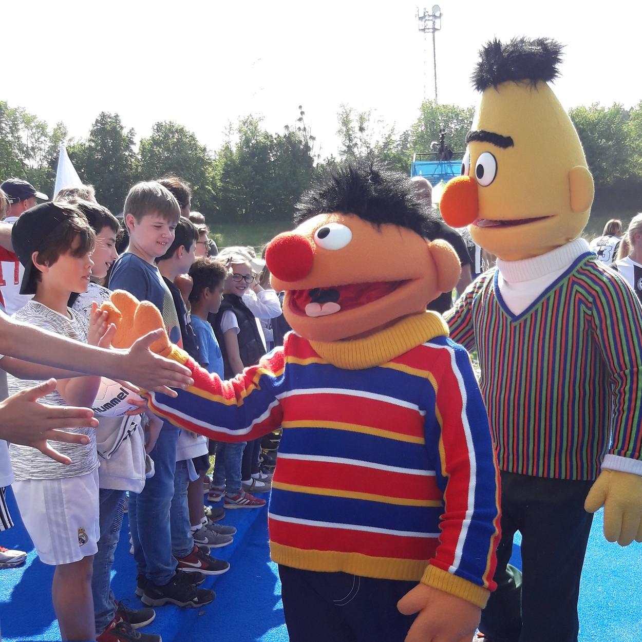 Bild: Ernie und Bert grüßen ihre Fans